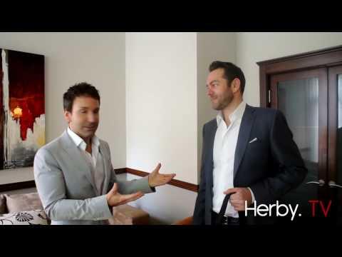 Maxime Rémillard offre à Éric Salvail quelques cadeaux de bienvenue à V Télé