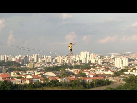 شاهد: برازيليون يتحدون الجاذبية بالسير على الحبال في ساو باولو…  - نشر قبل 2 ساعة