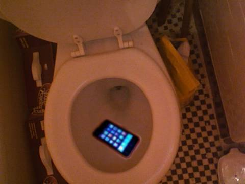 dropped iphone in toilet iphone dropped in toilet 14035