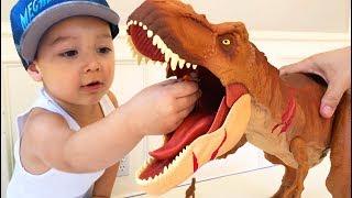 Father & Son unbox Jurassic World Colossal Tyrannosaurus Rex