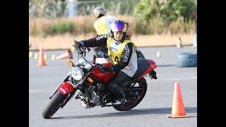 グラビアアイドルとしても活躍する平嶋夏海さんが、バイクのジムカーナ...