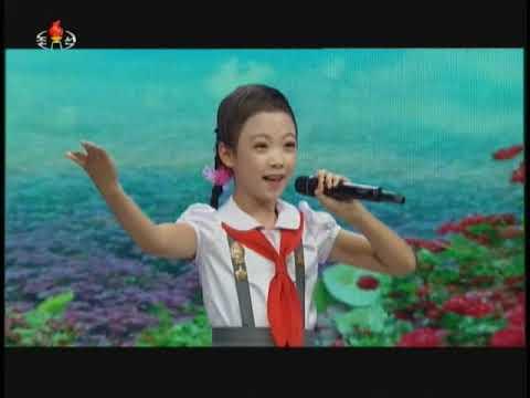 평양학생소년궁전 예술소조원들인 강영경의 노래와 오금현의 바이올린연주