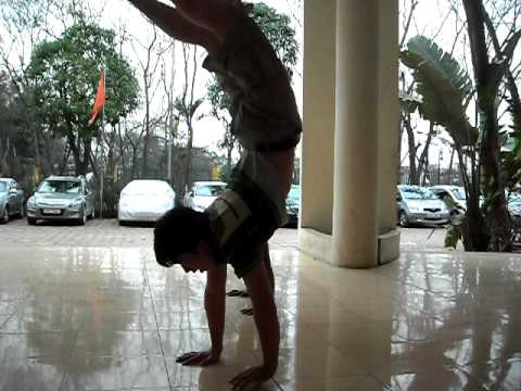 hong parkour hoc tro Minh training handstand after 3 weeks