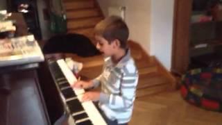 W murowanej piwnicy (pianino) Adam - 7 lat :)