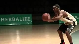 Лео Месси играет в баскетбол
