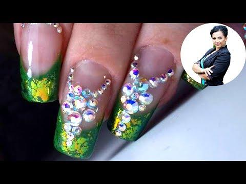 Ногти френч со стразами зелеными