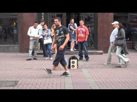 Уличный танцор на Арбате танец в стиле робот 16.08.2014