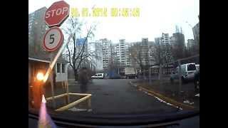 Шлагбаум и мужик (или не мужик)(При выезде со стоянки открыл пультом шлагбаум. Датчик расположен слева от водителя, поэтому не увидел, как..., 2015-02-01T11:51:21.000Z)