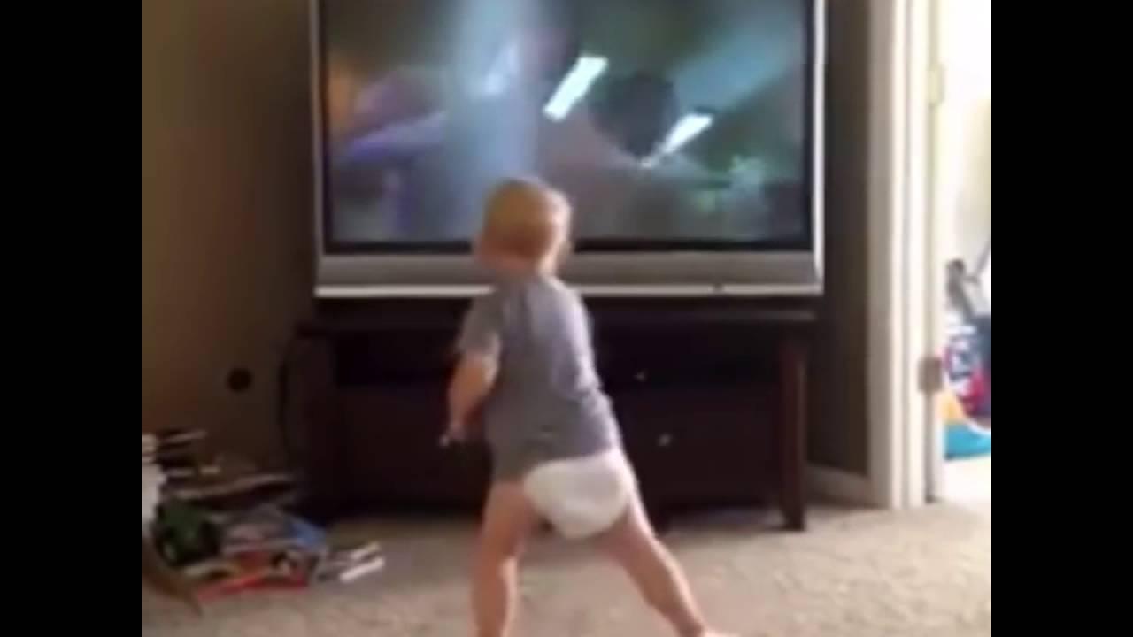 Bebê Treinando Imitando Rocky Balboa