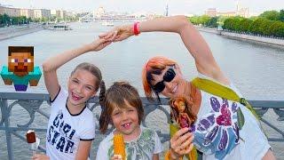 Маша, Света и Игробой Адриан смотрят на Кораблики в Москве