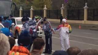 Олимпийский огонь погас в третий раз.(Знакомый выложил съёмку в соц. сети. Оригинал видео: http://vk.com/video653733_166145119., 2013-10-07T17:17:06.000Z)