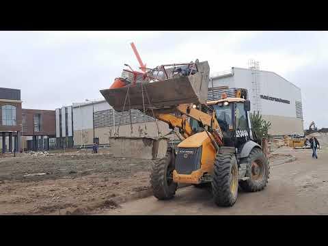 Погрузчик JCB 4CX на объекте: Загружен по полной! Прораб гоняет трактор по стройке в хвост и в гриву