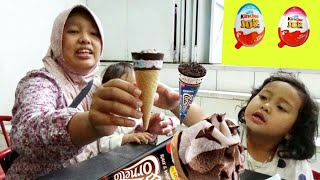 Balita Beli Es Krim Cornetto Oreo & Kinder Joy Surprise Eggs - Baby Eat Ice Cream