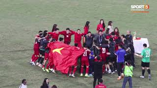 Khoảnh khắc nín thở chờ đợi tiếng còi kết thúc trận đấu vang lên của BHL ĐT Việt Nam.