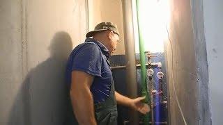 видео Декоративное закрытие канализации в санузле