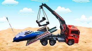 Тёма играет в машинки игрушки и перевозит катер к морю- Видео для детей