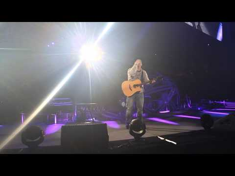 Garth Brooks gives away guitar