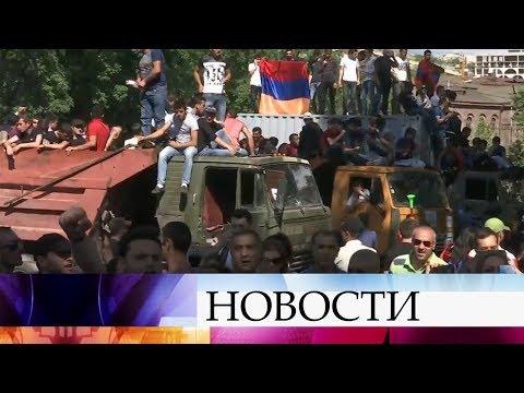 В Армении всеобщая забастовка: недовольные сторонники лидера оппозиции Пашиняна перекрыли дороги.