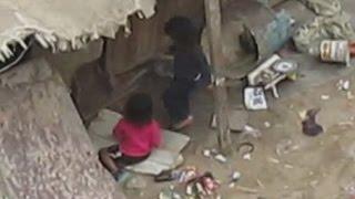 Unas niñas que fueron abandonadas en un lugar lleno de desperdicios
