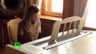 Наталья Поклонская играет на пианино в музее Ливадийского дворца