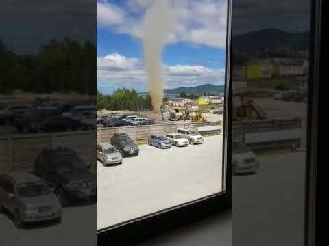 Мини-торнадо засняли у супермаркета в Южно-Сахалинске