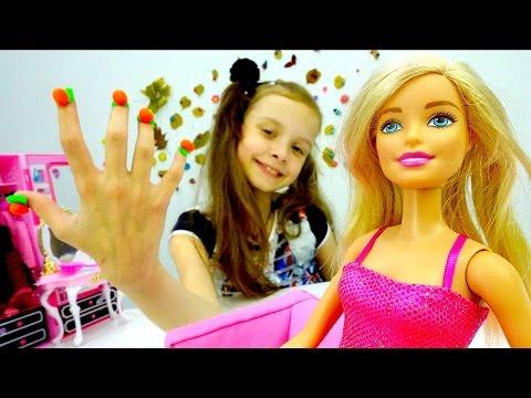 Игра одевалка для куклы БАРБИ. Модный Маникюр из Плей До! Развивающее видео с игрушками для детей