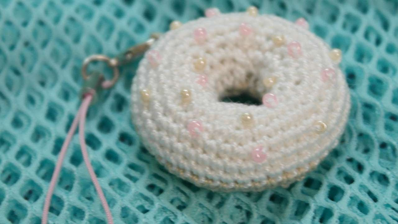 Amigurumi Donut Tutorial : How to make a sweet crocheted donut charm for keys diy crafts