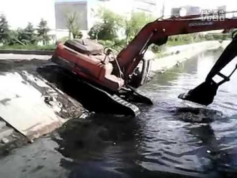 การขุดลอกคลองโดยรถตักดิน - Excavator digging