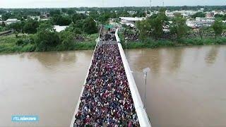 Duizenden migranten bij grens Mexico  - RTL NIEUWS