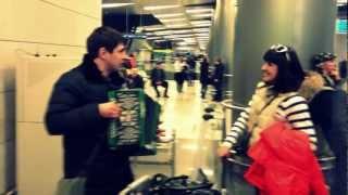 Вишня (Под окном широким), русская народная песня под гармонь, в аэропорту Внуково(Встречал в аэропорту Внуково жену, возвращавшуюся из командировки. Решил встретить её песней под гармошку...., 2013-04-07T20:39:16.000Z)