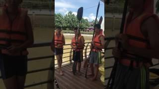 4 hot boy chuan bi chèo thuyền