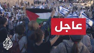 شاهد | الشرطة الإسرائيلية تعتدي على أشخاص يحملون العلم الفلسطيني في باب العامود