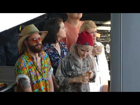 HalfNoise feat. Hayley & Taylor dancing backstage - Parahoy : Deep Search