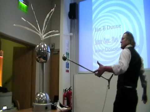 Van de Graaff - static electricity - Ian B Dunne makes huge sparks