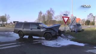 Twee auto's botsen op elkaar bij Dalfsen