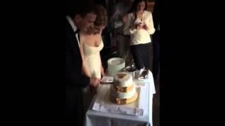 Саша Осипов режет свадебный торт.
