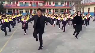 Новости. Весёлая зарядка в китайской школе.