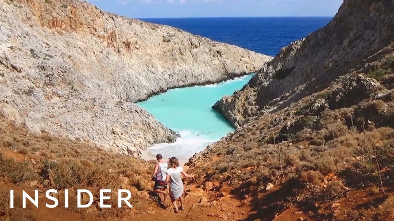 Природен базен со бранови и тиркизна вода во Грција