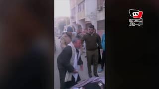 مريض ملقى بالشارع أمام مستشفى أبوقرقاص.. والإبن يستغيث «عايز دكتور»