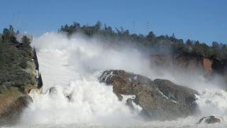 Crumbling California dam forces thousands to evacuate