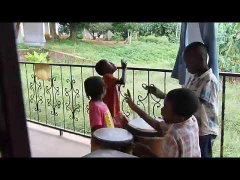 Kinder spielen Musik und Tanz