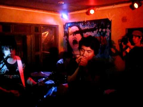 Ely Buendia and Raimund Marasigan jammed with Hilera to perform Back 2 Me of The Eraserheads