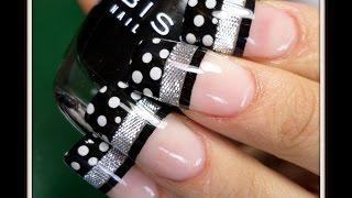 uñas pintadas de negro con puntos blancos