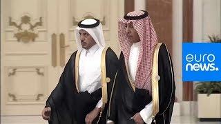 شاهد: استقبال ومصافحة الملك سلمان رئيس الوزراء القطري
