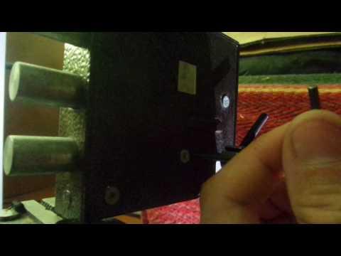 Взлом отмычками    Вскрытие Класс 3-3 (С помощью прикрученного черного винта показана примерная амплитуда поворота ключа на бугорке под натягом.)