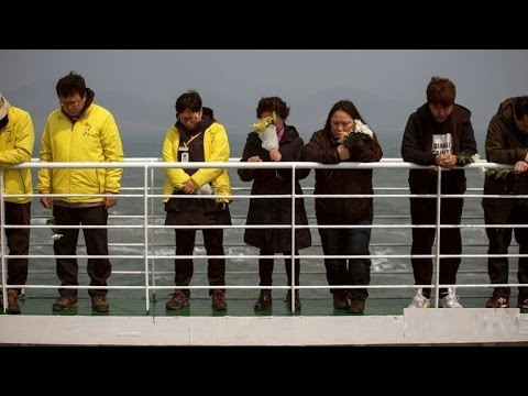 Korean Ferry Victims' Families Cry Out Names Of Loved Ones At Sea