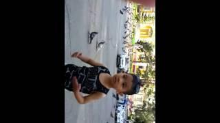 Мой сын танцует электрик буги)))