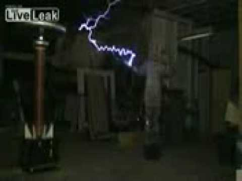 iFun ru video Man Connects Himself to a Tesla Coil to play Star Wars theme