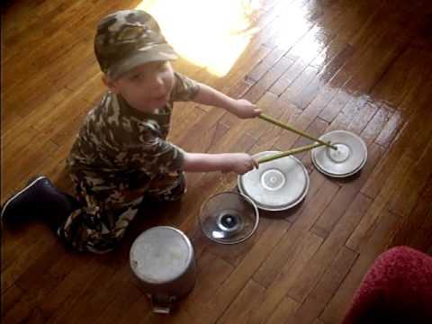 Малыш играет на кастрюлях /  Funny Kid Playing On Pots