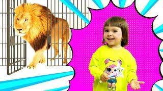 Арина в зоопарке освобождает животных | Учим диких животных из зоопарка